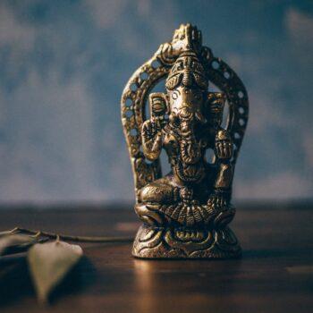 Ganesha steht auf einem Tisch